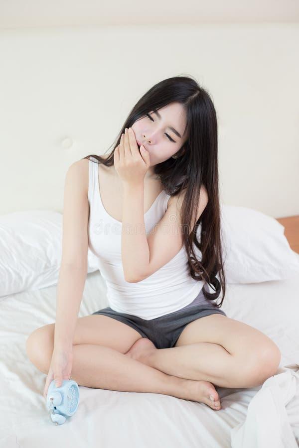 年轻美丽的妇女在早晨醒 库存照片