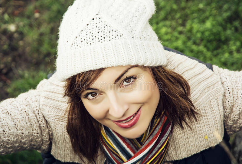 年轻美丽的妇女在秋天室外成套装备摆在 图库摄影