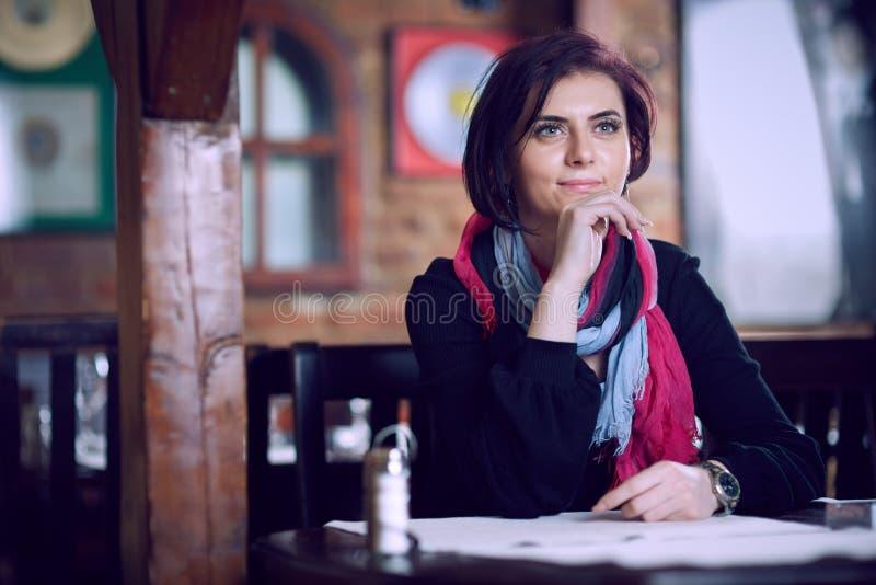 年轻美丽的妇女在餐馆 免版税图库摄影