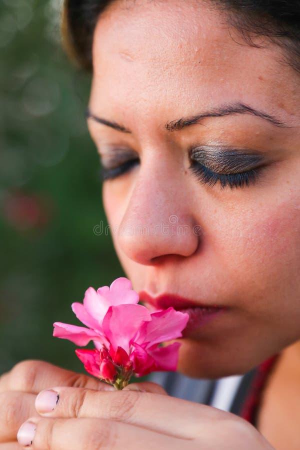 美丽的妇女微笑花 免版税图库摄影