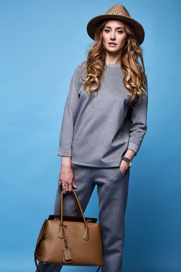 美丽的妇女性感的魅力时尚样式穿戴给偶然s穿衣 库存照片