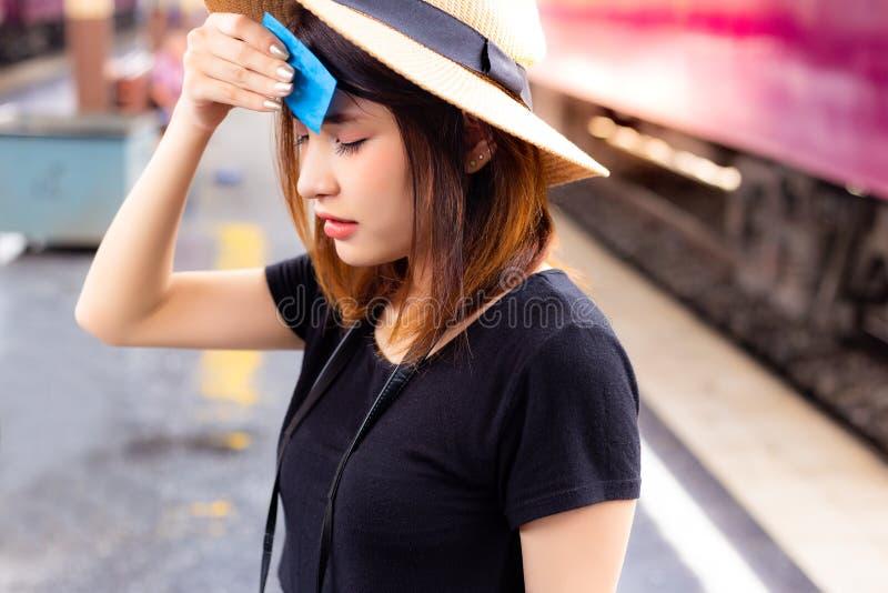 美丽的妇女感到很热和疲乏在夏季 Att 免版税库存照片