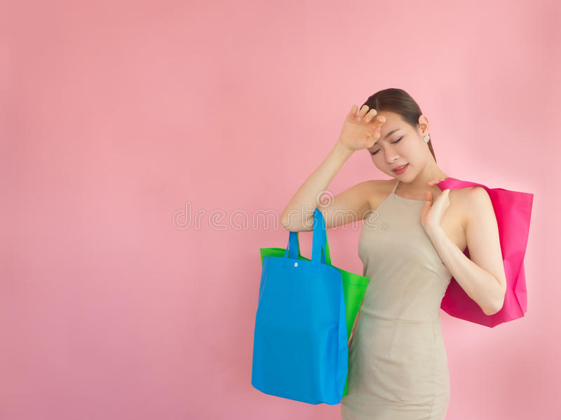 美丽的妇女感觉注重在购物,亚洲女孩抓住fo以后 免版税库存照片