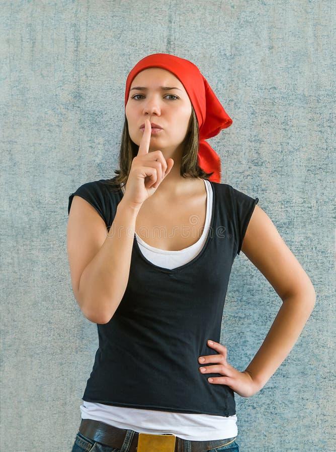 年轻美丽的妇女投入了食指到嘴唇作为sil的标志 库存图片