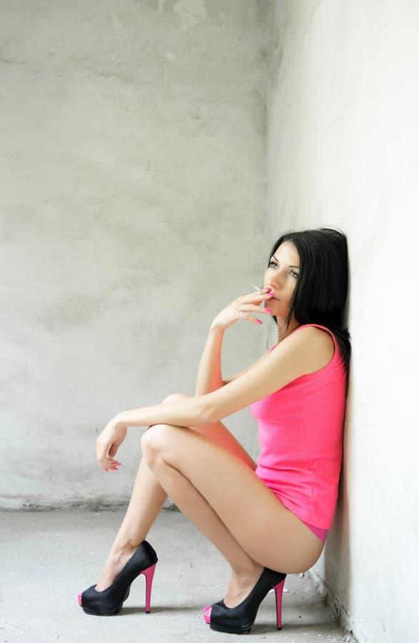 美丽的妇女抽香烟 免版税图库摄影