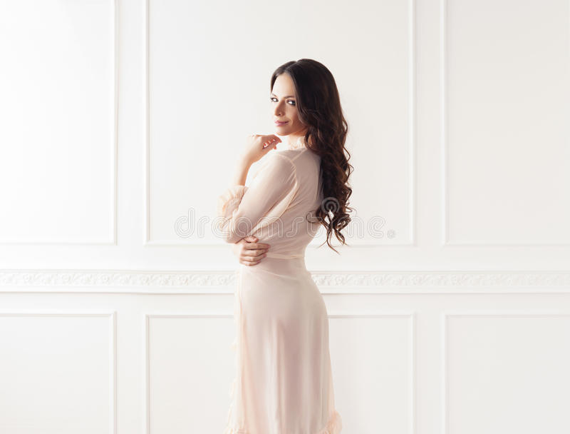 美丽的妇女时尚射击晨衣的 免版税图库摄影