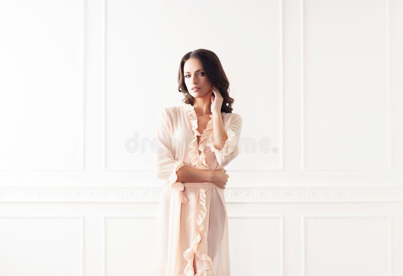 美丽的妇女时尚射击晨衣的 免版税库存照片