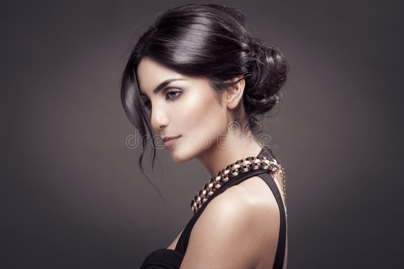 美丽的妇女时尚画象。黑暗的背景。 免版税库存照片