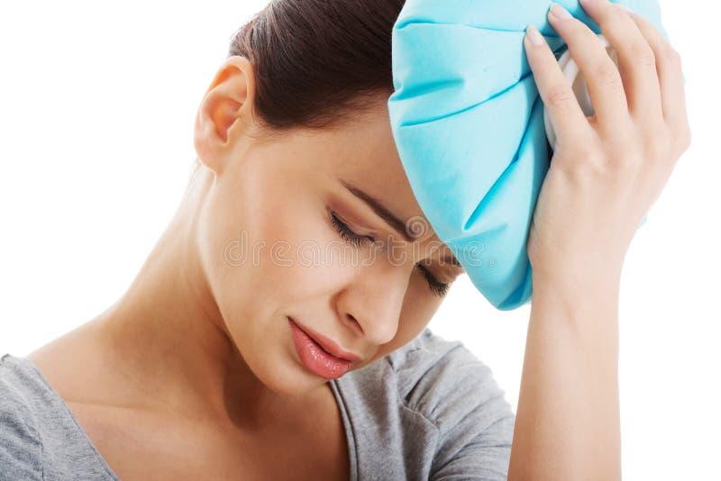 年轻美丽的妇女是haveng每头疼。 免版税库存照片