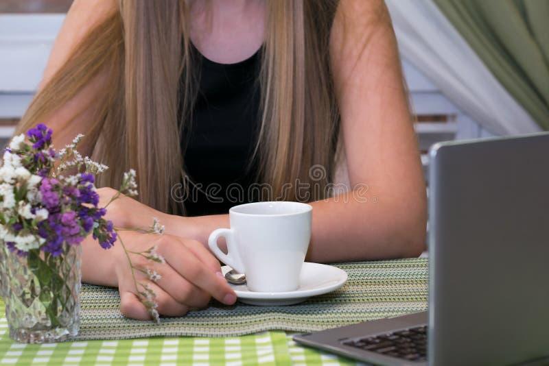 美丽的妇女有单独时间在咖啡馆 库存照片