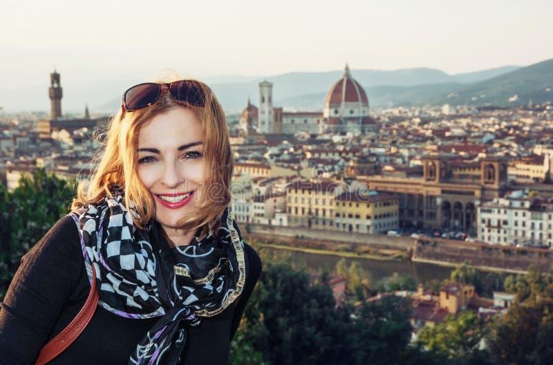 美丽的妇女有城市佛罗伦萨的看法从Piazzale Mic的 免版税图库摄影
