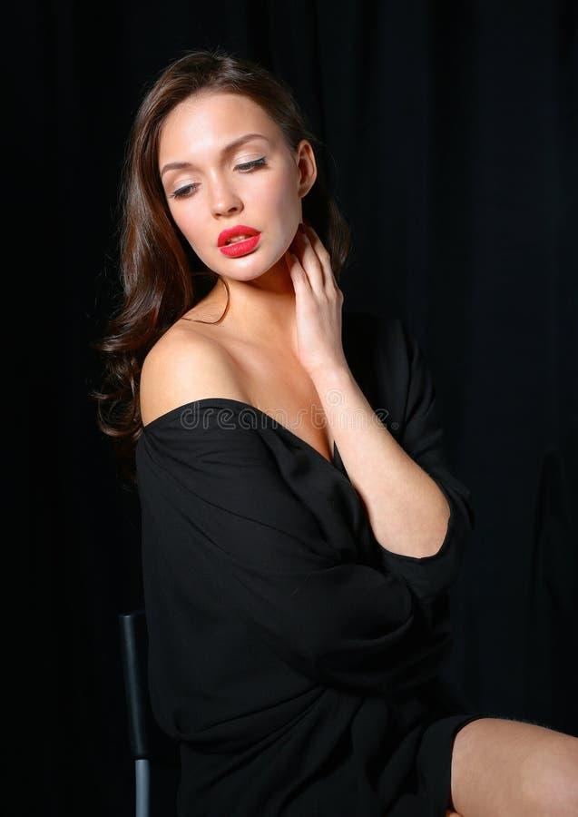 Download 美丽的妇女椅子,被隔绝坐黑色 库存图片. 图片 包括有 平稳, 开会, 时髦, 椅子, 样式, 鞋子, 化妆用品 - 62527487