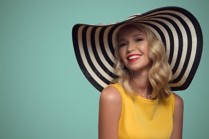 美丽的妇女流行艺术画象帽子的 背景看板卡祝贺邀请 库存图片