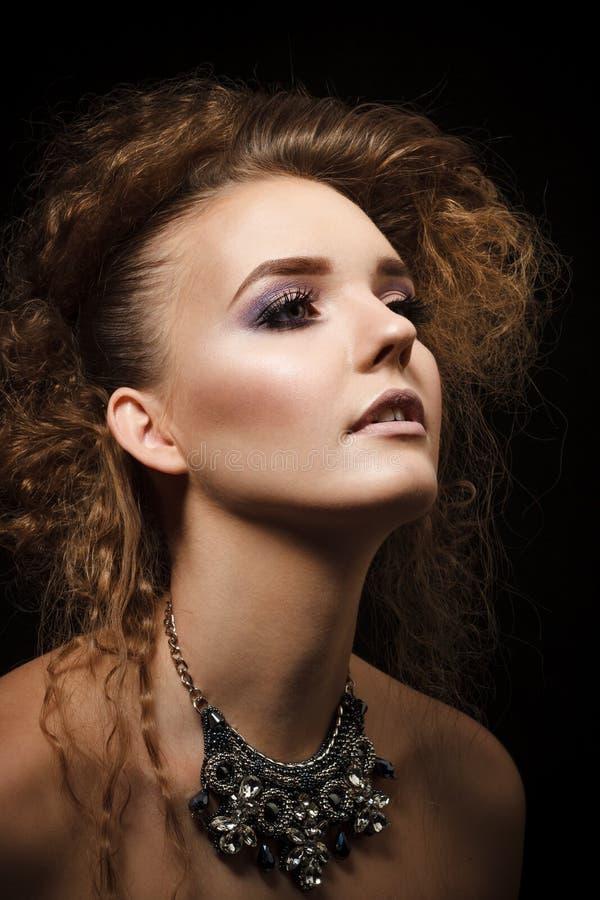 美丽的妇女演播室射击有明亮的构成的 图库摄影