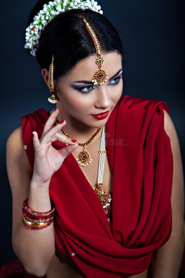 年轻美丽的妇女特写镜头画象印地安样式的 免版税库存照片
