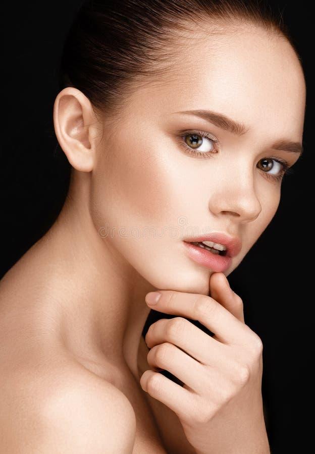 美丽的妇女特写镜头画象有清楚的健康皮肤的 库存照片