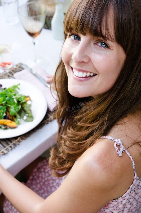美丽的妇女用健康蔬菜沙拉 免版税库存照片