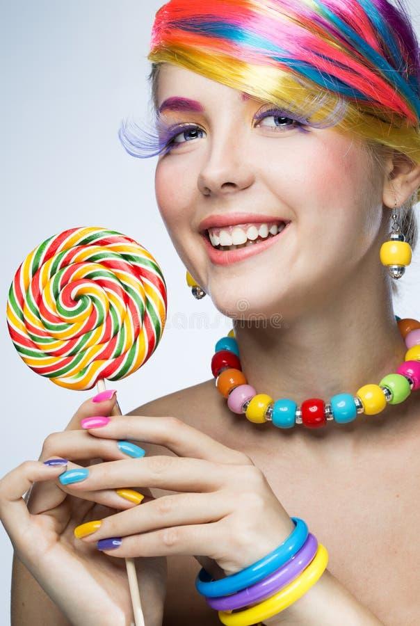 美丽的妇女用糖果 免版税库存图片