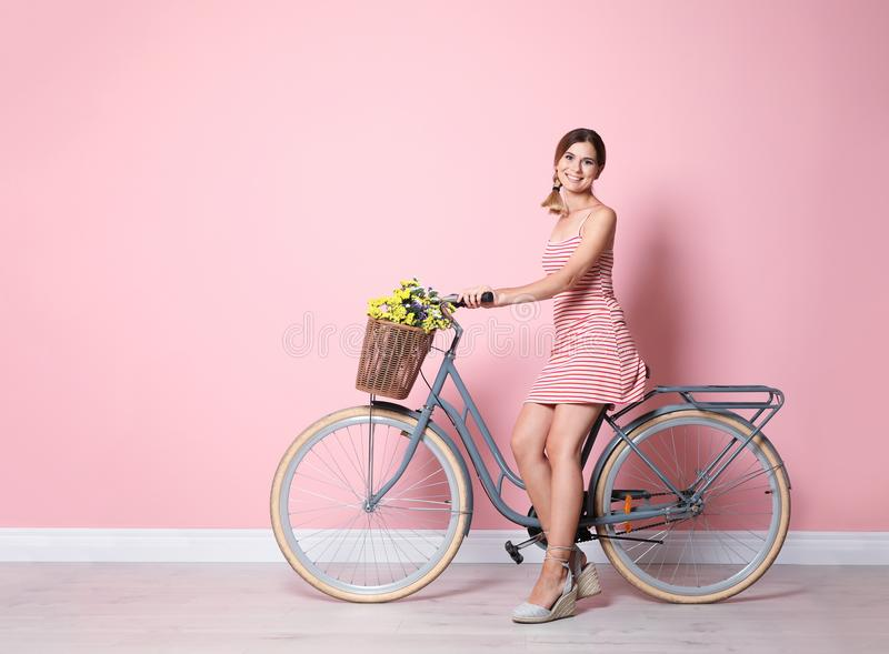 美丽的妇女画象有自行车的 免版税库存照片