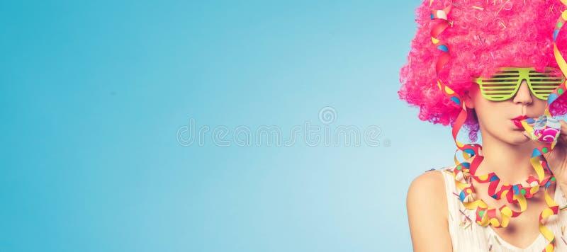 美丽的妇女画象桃红色假发和绿色玻璃的 图库摄影