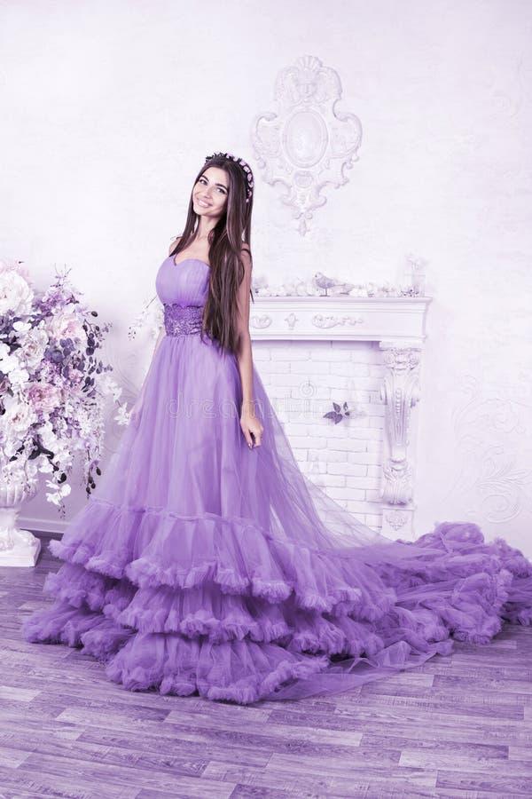 美丽的妇女画象舞会礼服的 免版税图库摄影