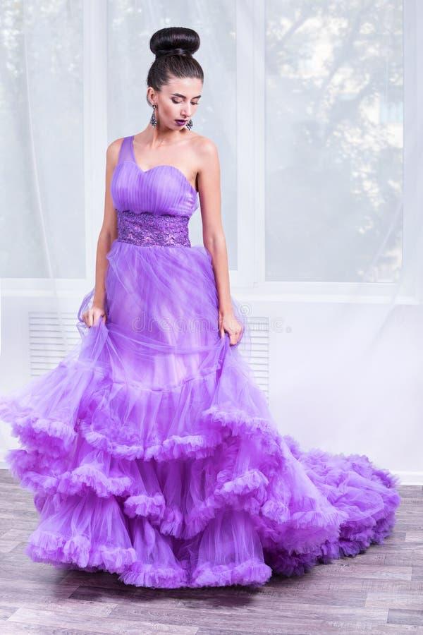 美丽的妇女画象舞会礼服的 免版税库存照片