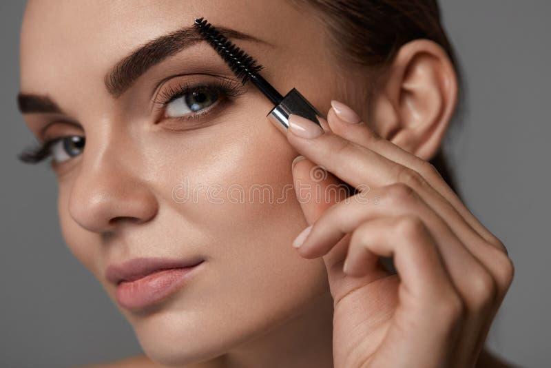 美丽的妇女的完善的构成 眉头喜欢眼眉 免版税库存图片