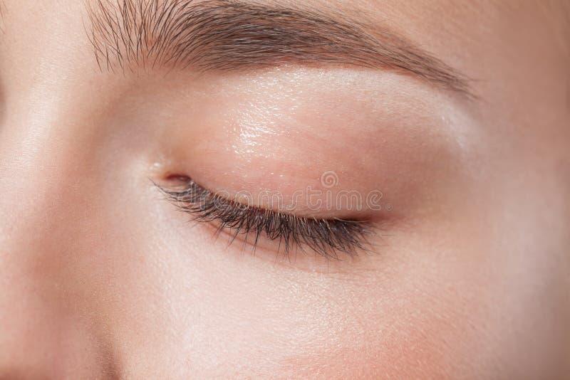年轻美丽的妇女的闭合的眼睛有完善的 库存图片