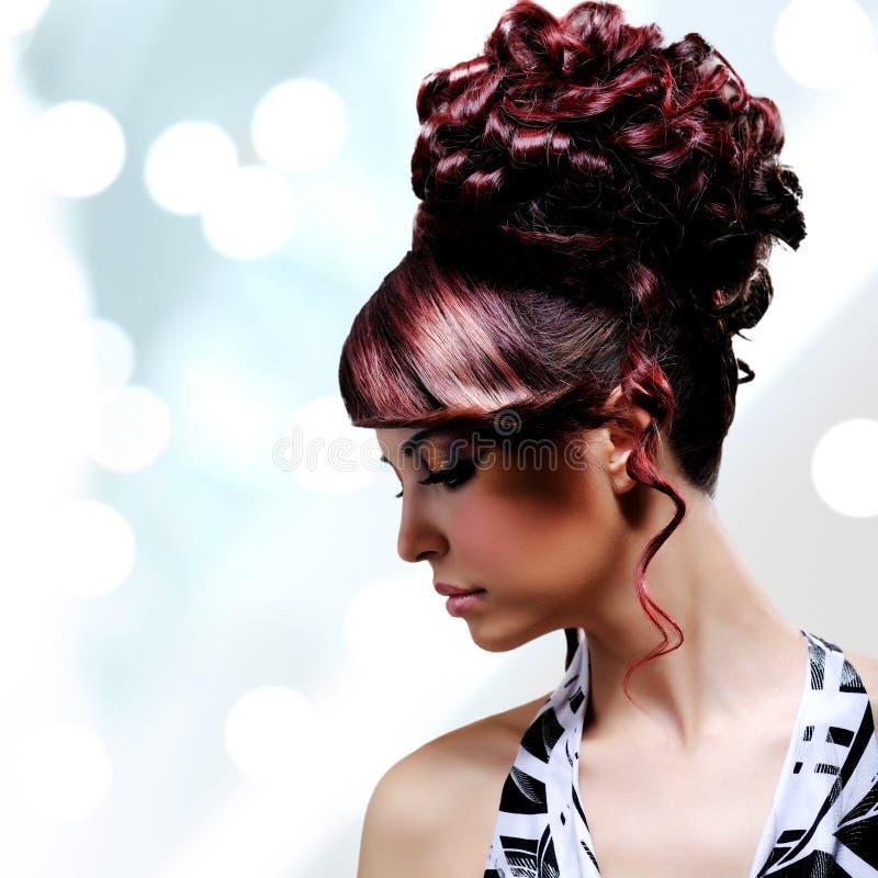 美丽的妇女的面孔有时尚发型和魅力makeu的 免版税库存照片