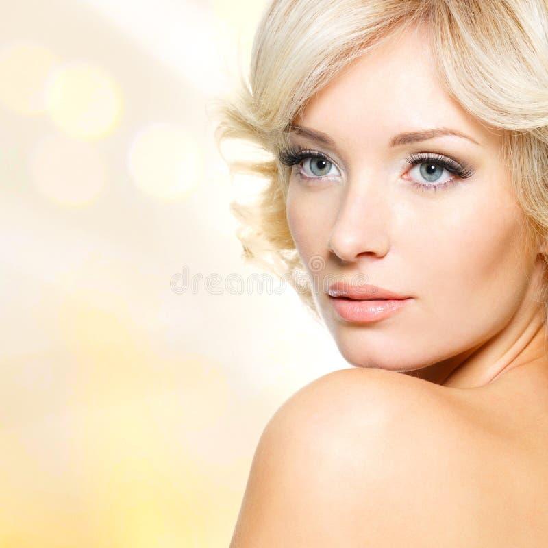 美丽的妇女的面孔有白发的 免版税库存照片