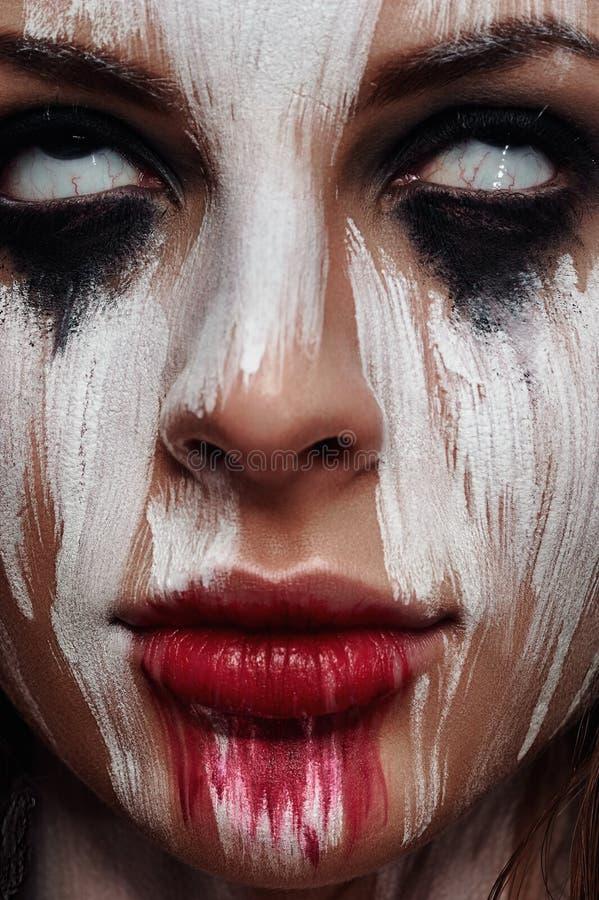 年轻美丽的妇女的面孔有白色眼睛的 免版税图库摄影