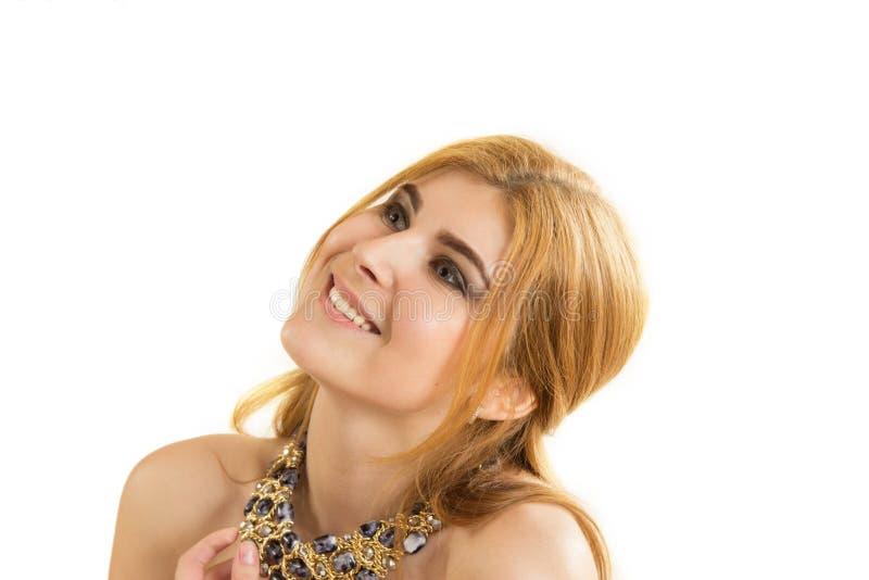 年轻美丽的妇女的画象有项链的 免版税库存照片