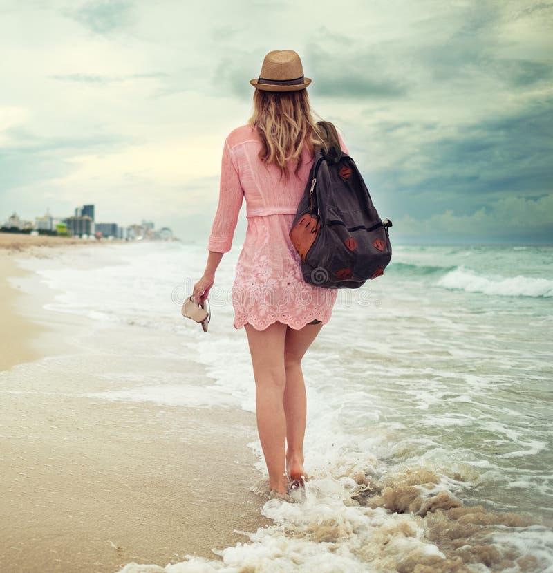 美丽的妇女走沿南海滩的,迈阿密 免版税库存照片