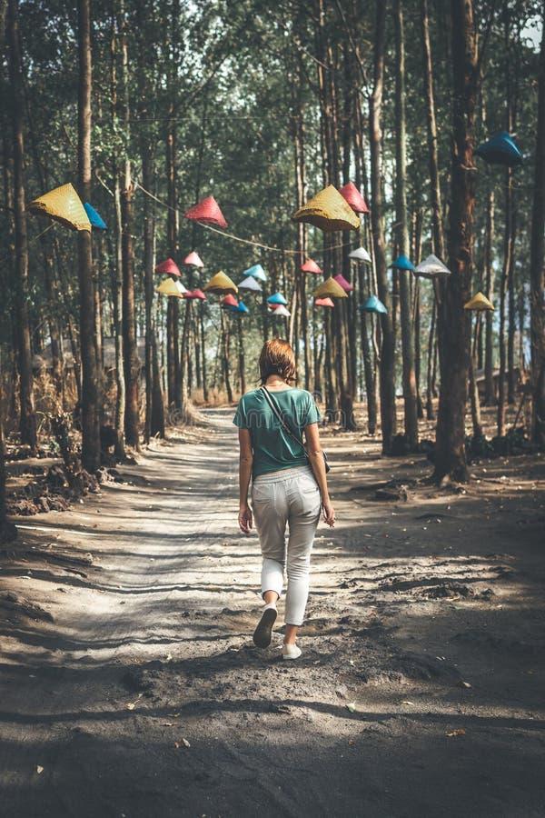 美丽的妇女走的森林道路 巴厘岛 免版税图库摄影