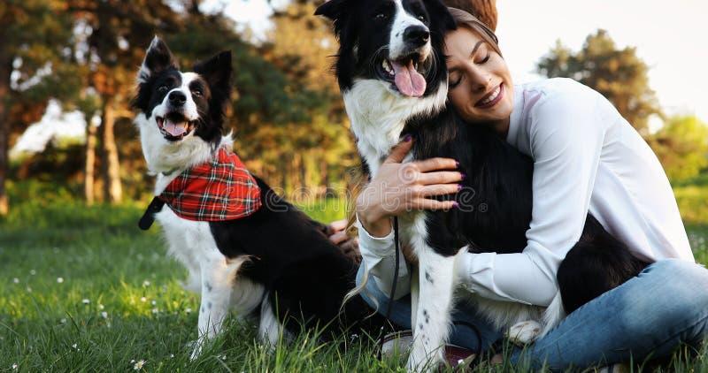 美丽的妇女走的逗人喜爱的狗本质上 图库摄影
