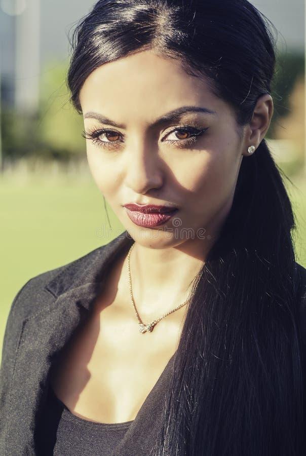 美丽的妇女长的黑发 免版税图库摄影