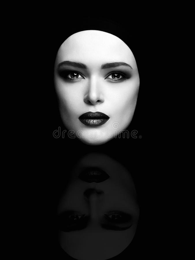 美丽的妇女面孔单色艺术时尚画象喜欢面具 免版税库存图片