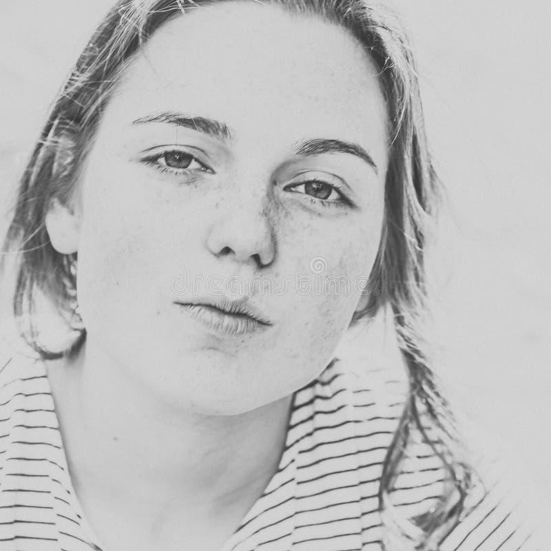 美丽的妇女面孔画象雀斑街道城市黑色和whi 库存图片