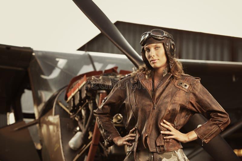 美丽的妇女飞行员: 葡萄酒照片 库存照片