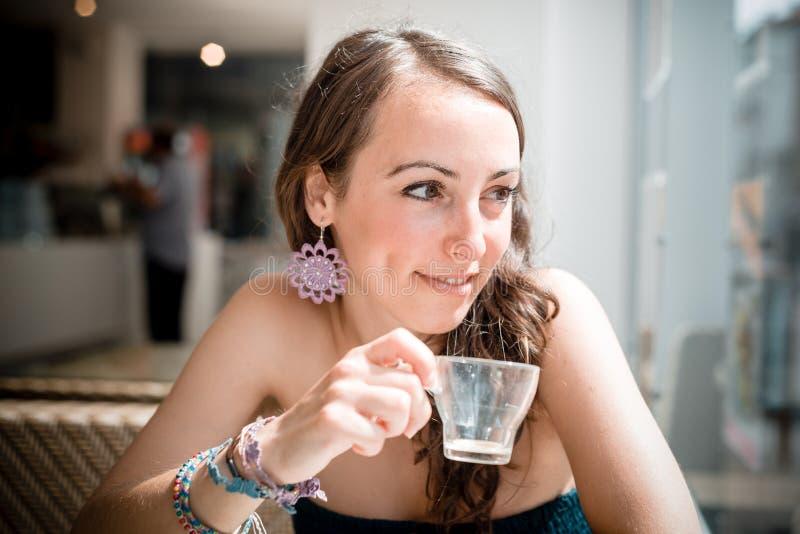 年轻美丽的妇女饮用的咖啡 库存照片