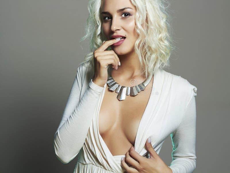 美丽的妇女年轻人 性感的低颈露肩的金发碧眼的女人 白肤金发的女孩 卷曲发型 库存照片
