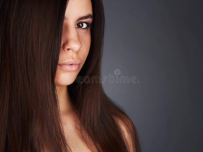 美丽的妇女年轻人 深色的女孩夹克皮革 特写镜头时尚画象 性感的嘴唇 免版税图库摄影