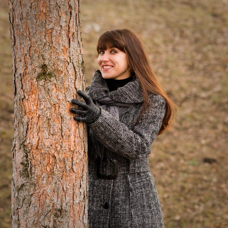 美丽的妇女以冬天时尚 库存照片