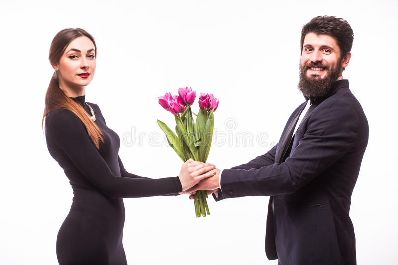 年轻美丽的妇女从他的男朋友得到花桶 免版税图库摄影