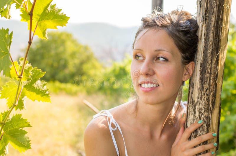 年轻美丽的妇女画象在葡萄园里 免版税库存照片
