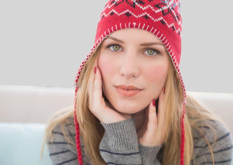 美丽的妇女画象帽子的有灰色背景 免版税库存图片