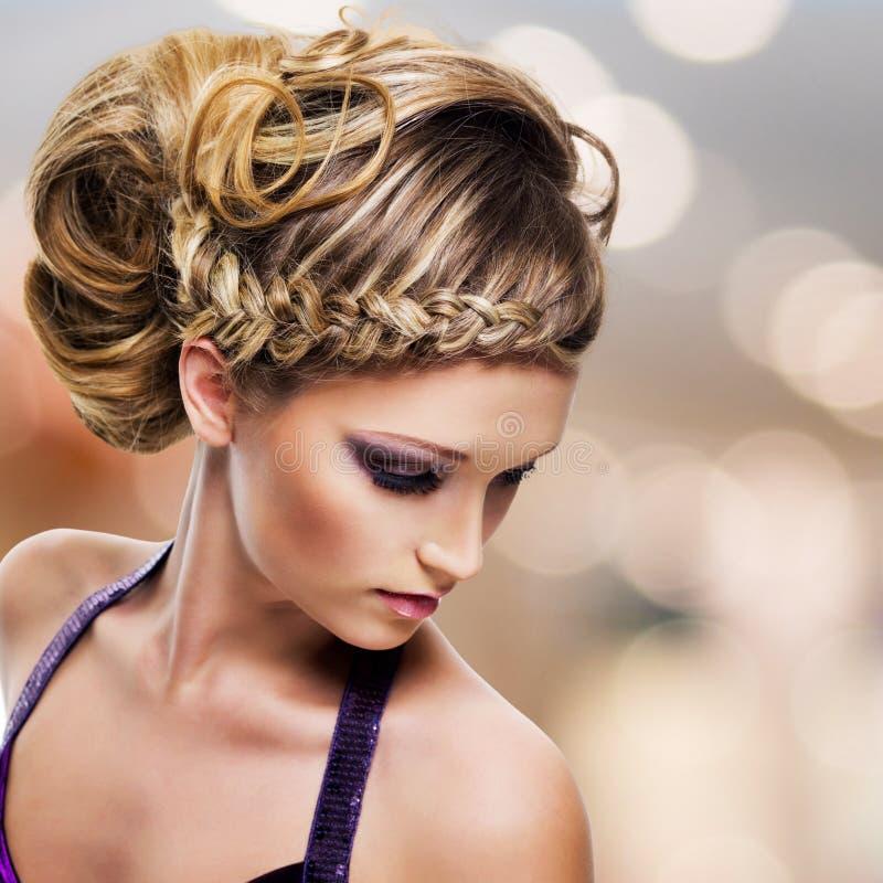 美丽的妇女画象有发型的 免版税库存图片