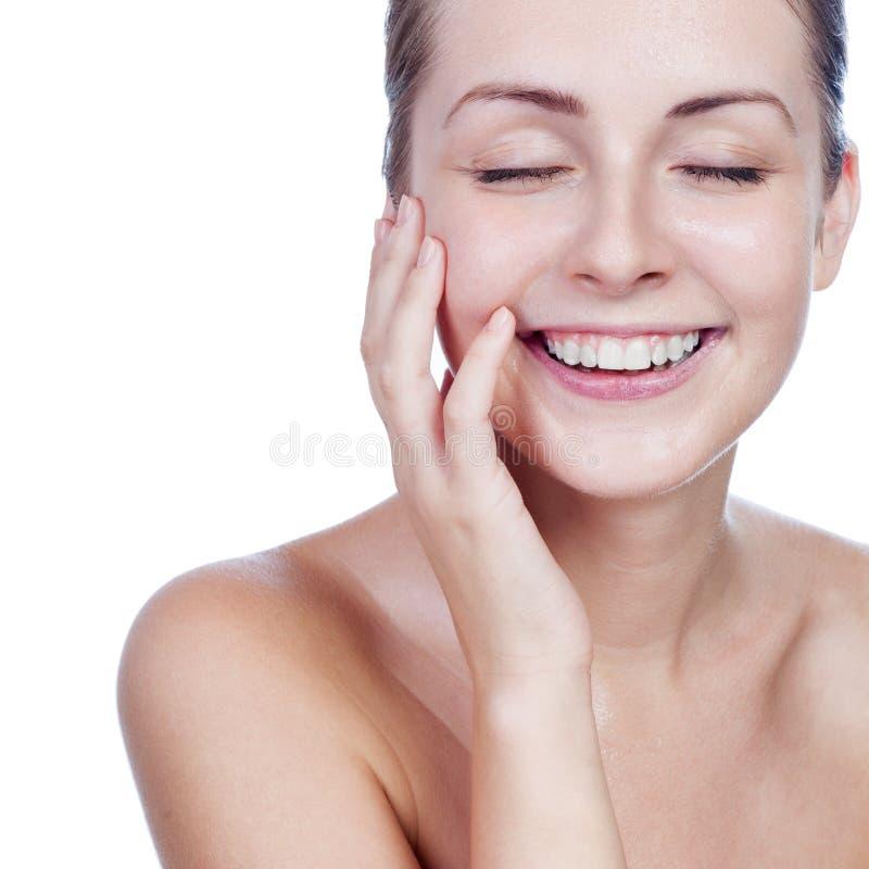 年轻美丽的妇女画象有完善的皮肤的在水中 库存照片