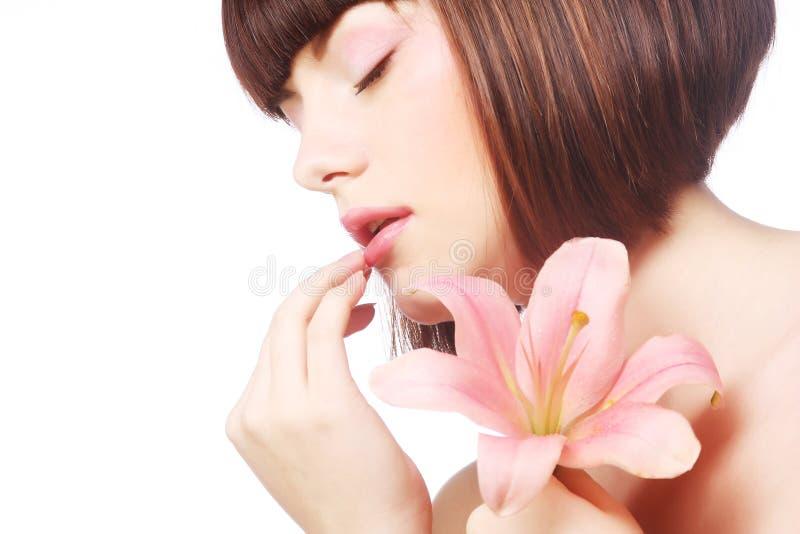 美丽的妇女画象有桃红色百合花的 免版税库存照片