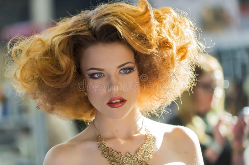 美丽的妇女画象有橙色头发的在头发时装表演 库存照片